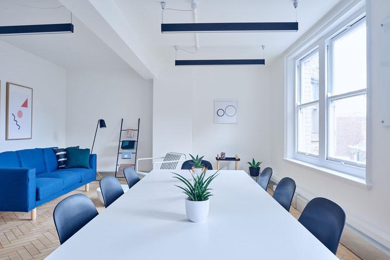 Raumgestaltung Besprechungsraum - Farbakzente durch Möbel
