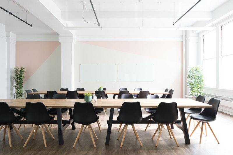Raumgestaltung Firmenräume - Farbakzente durch farbige Teilflächen