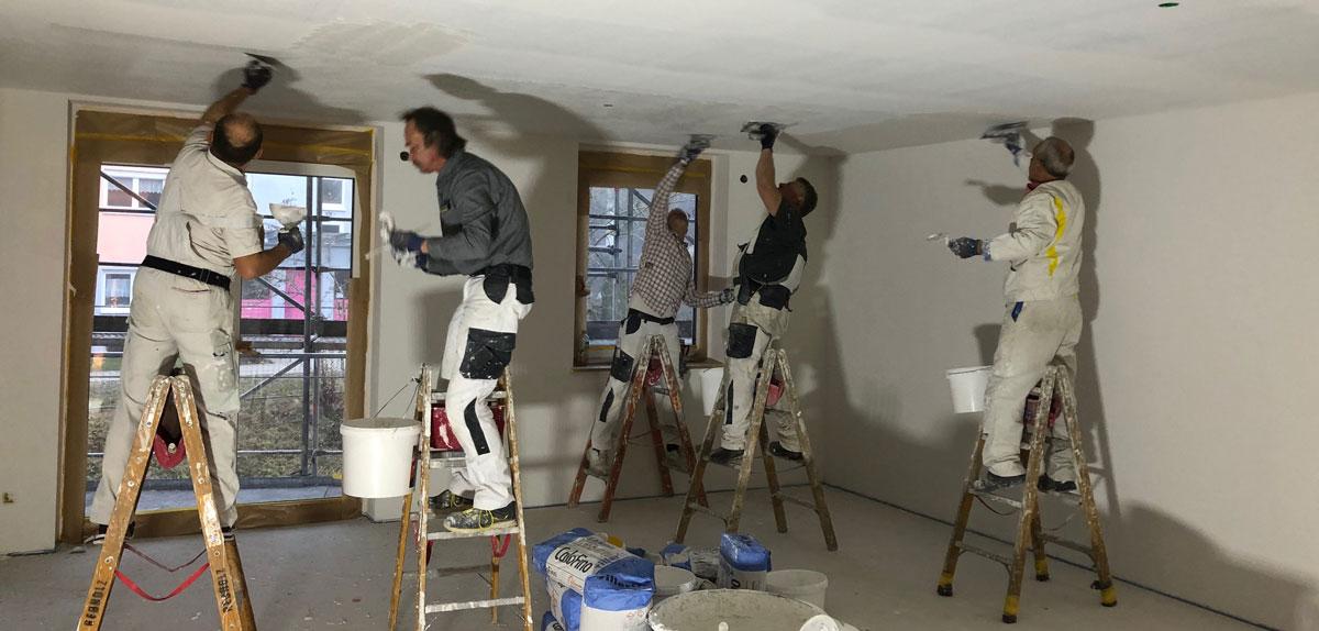 Maler Rebholz Team beim Verputzen einer Decke